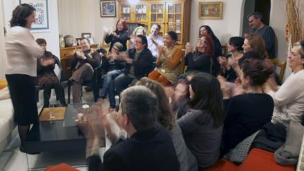 Representación teatral en el salón de una casa, de TeatrodeCERCA