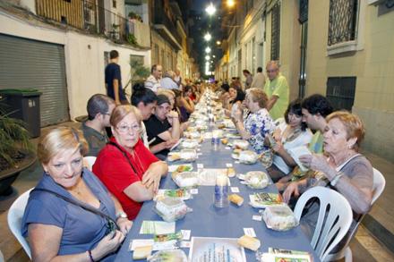 Cena en una calle del barrio de Gracia