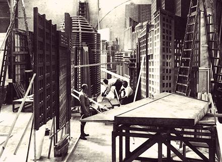 Fotografía de montaje de escenografía para una secuencia de Metropolis (F. Lang, 1927)